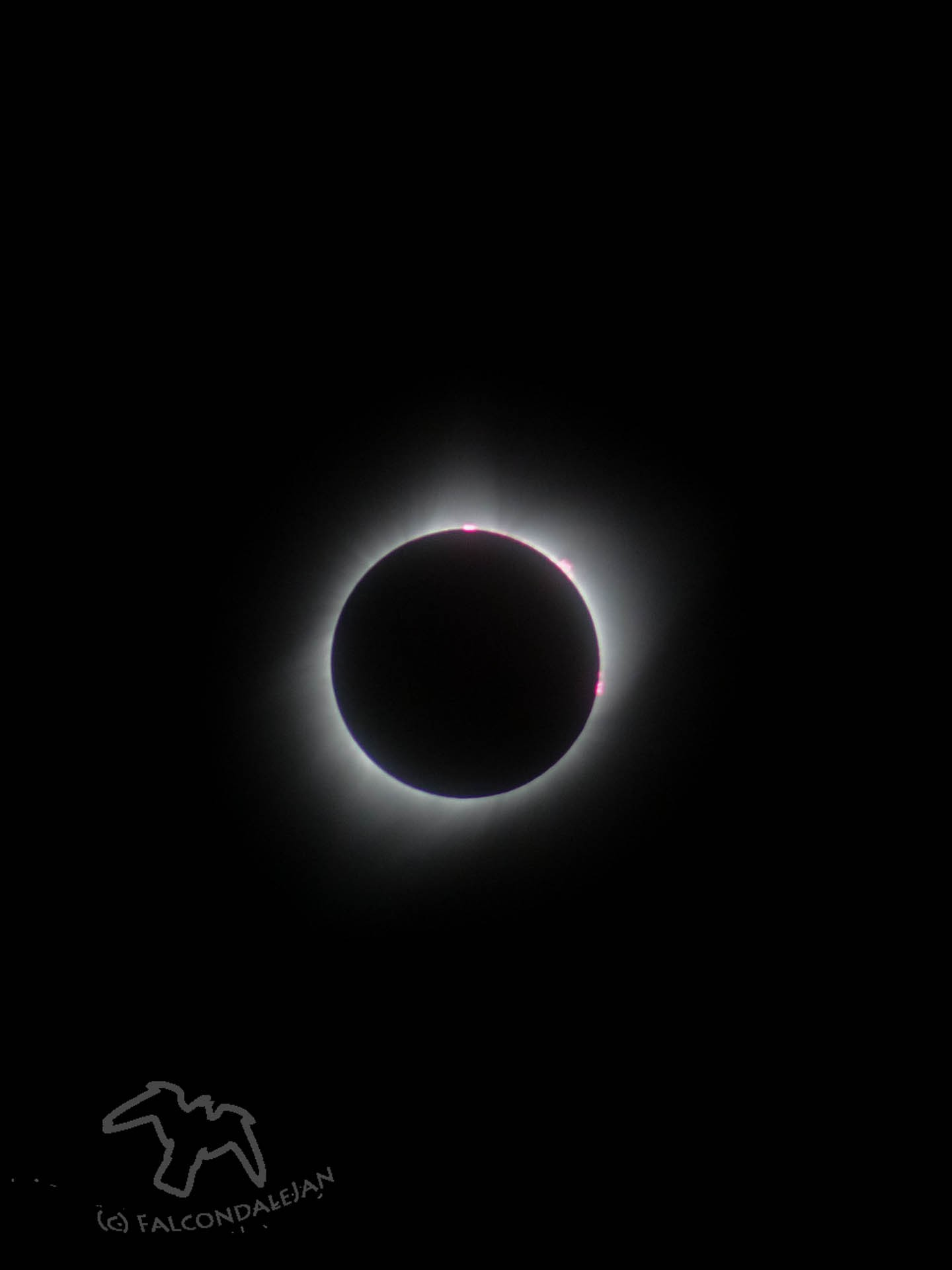 Story and photos of our family trip to see totality of the 2017 solar eclipse, Nebraska USA. How we did vacation planning, eclipse chasing and camera setup. Totality solar eclipse phase.