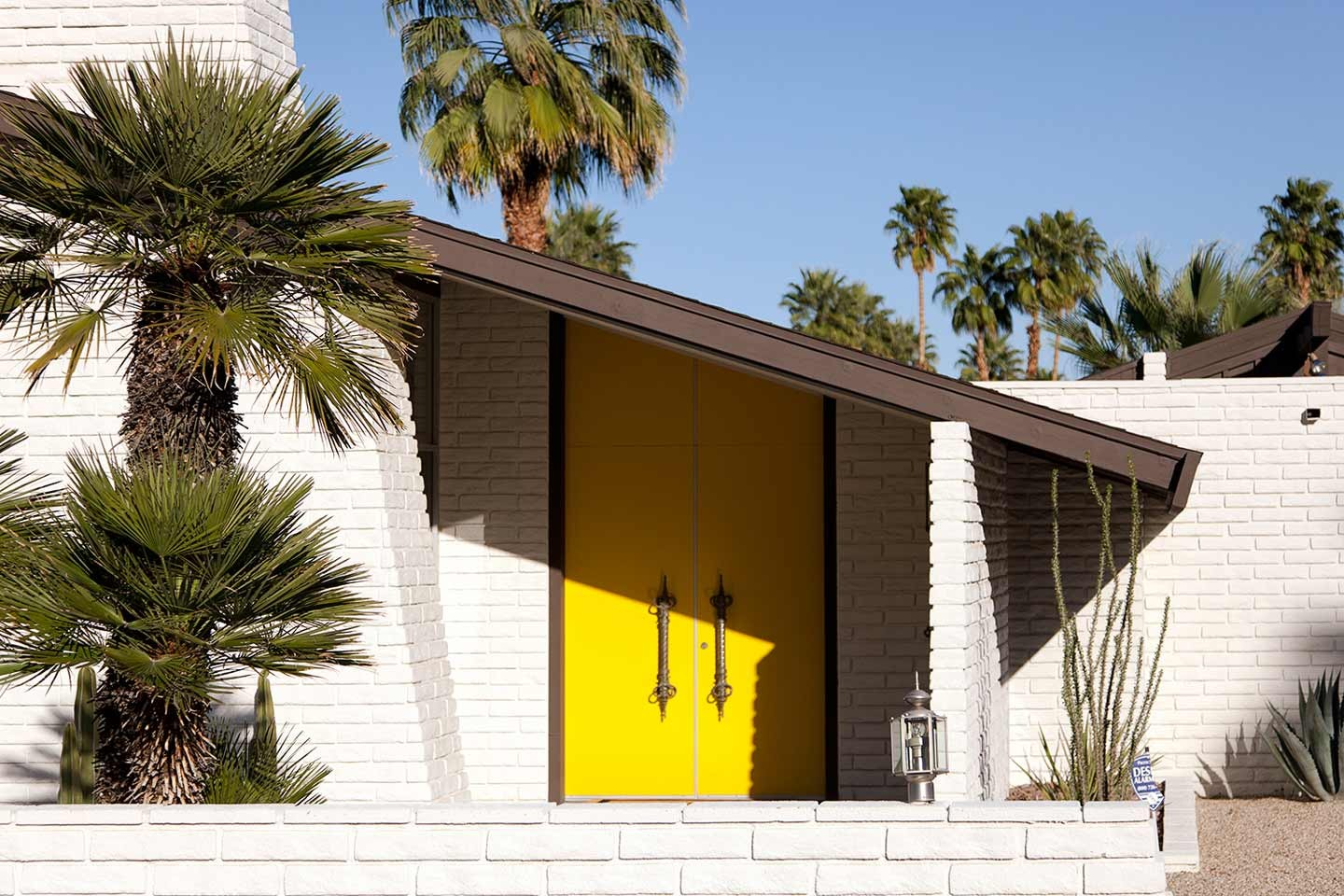 Palm Springs, a cultural escape in the California desert on Falcondale Life blog. Palm Springs desert resort city sits in beautiful Californian desert mountains and is renowned for mid-century modern architecture and luxury family travel. Photo credit Caroline Culler wikimedia commons